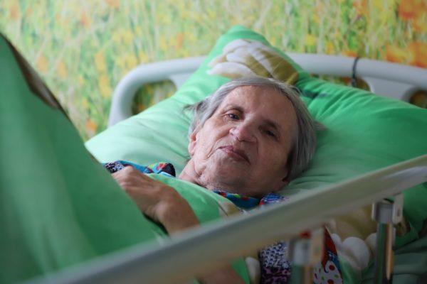 Кто осуществляет уход за лежачими больными в больнице