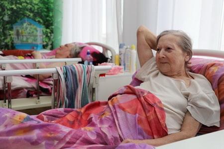 Сиделка с проживанием для лежачего больного