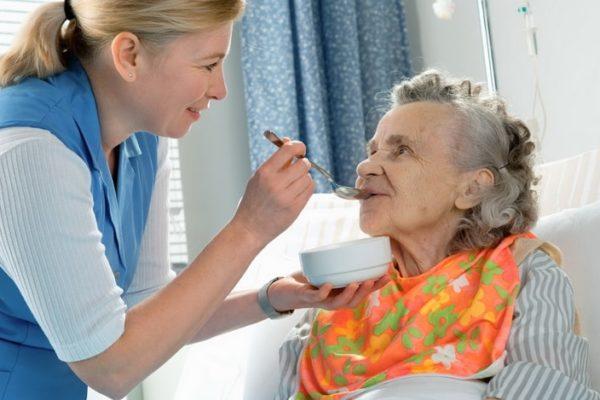 Сиделка с проживанием для лежачего больного: Как выбрать и договориться
