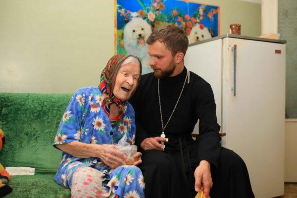 Жители Новомосковского Дома Заботы получили подарки от церкви